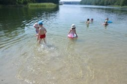 dzieci nad jeziorem pływanie